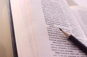 Опубликованы данные исследования обеспеченности школьных библиотек сло-варями и справочниками