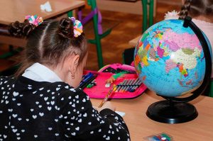 shkolnikam-v-primore-vydali-gramoty-s-gerbom-ukrainy
