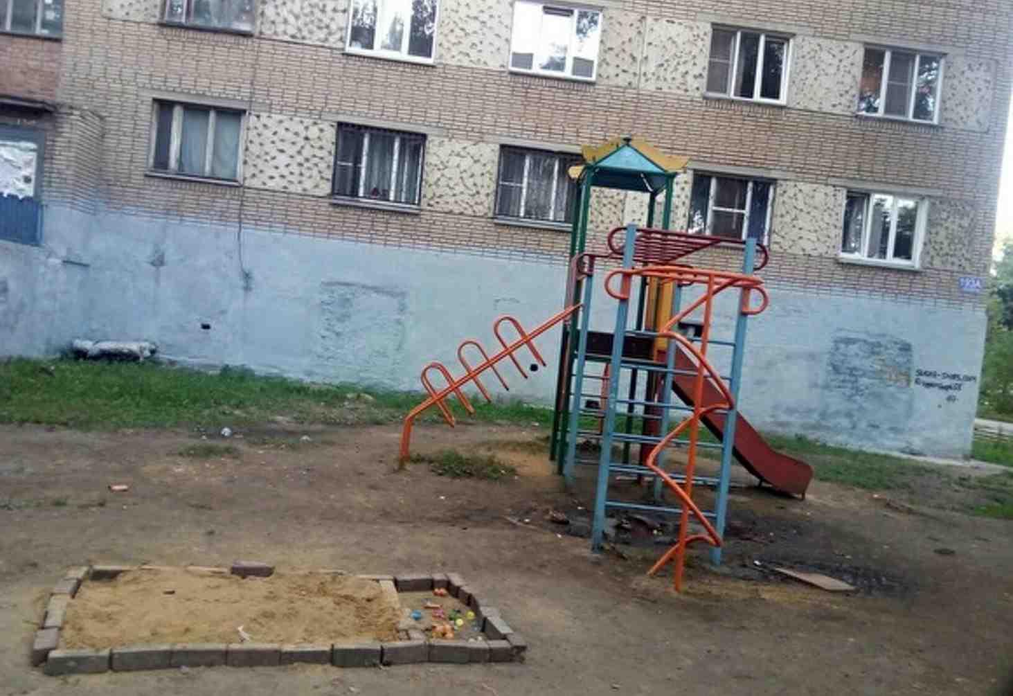 chelyabinskie-deti-sami-sdelali-sebe-pesochnitsu-oni-ustali-igrat-v-gryazi