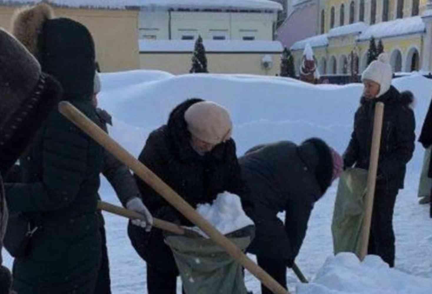 uchitelya-v-saratove-po-sobstvennomu-zhelaniyu-vyshli-na-uborku-snega-v-moroz