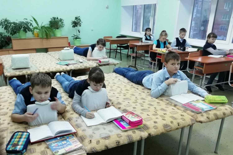 v-krasnoyarskoj-shkole-detyam-razreshili-lezhat-na-urokah
