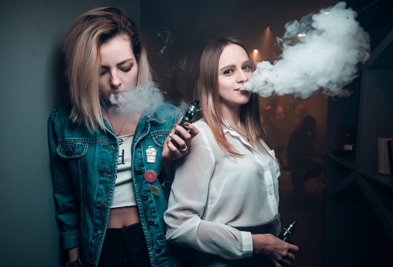 pravitelstvo-podderzhalo-zakonoproekt-kotoryj-priravnyaet-vejpy-i-kalyany-k-sigaretam