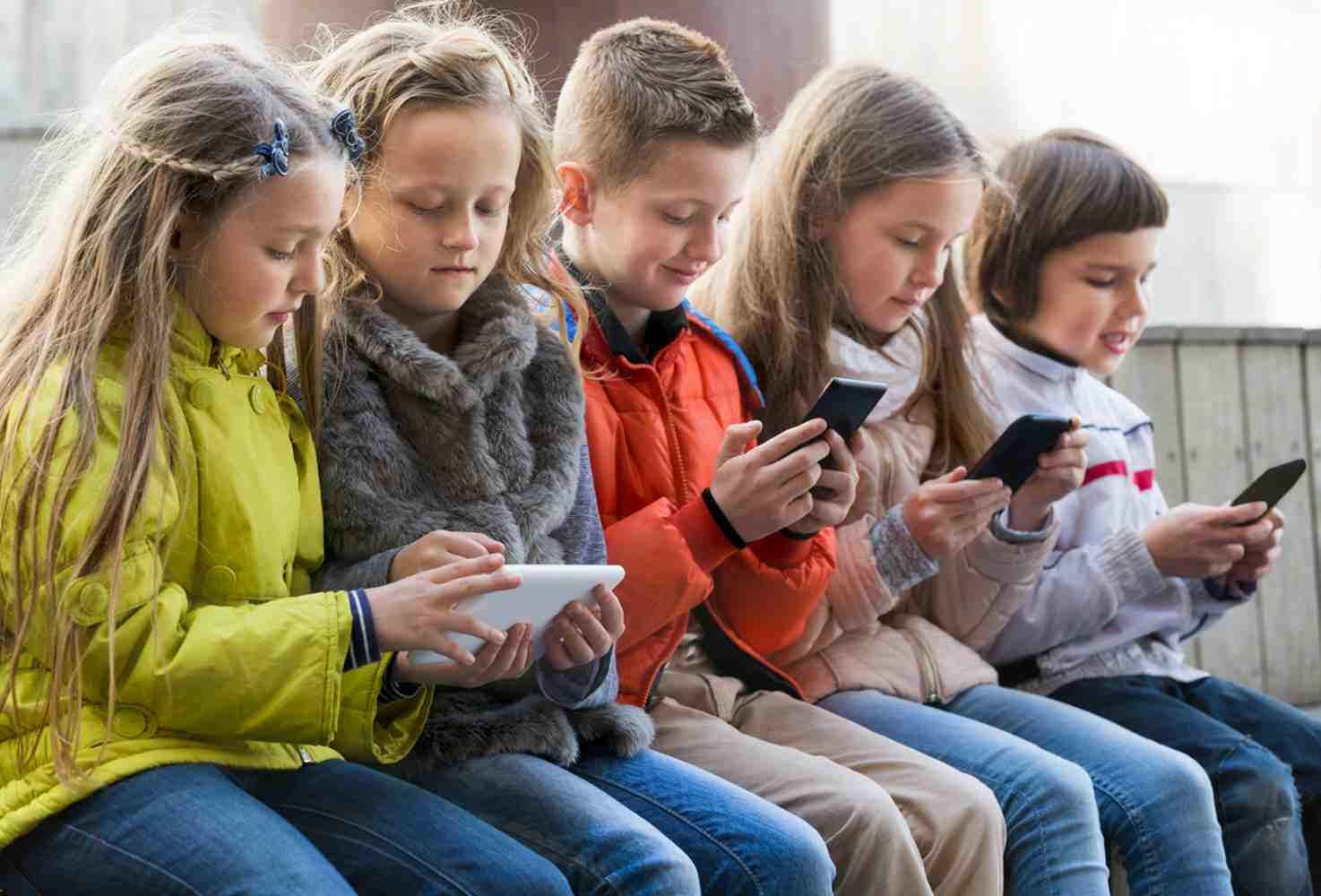 rosobrnadzor-ne-nameren-zapreshhat-ispolzovat-telefony-v-shkolah