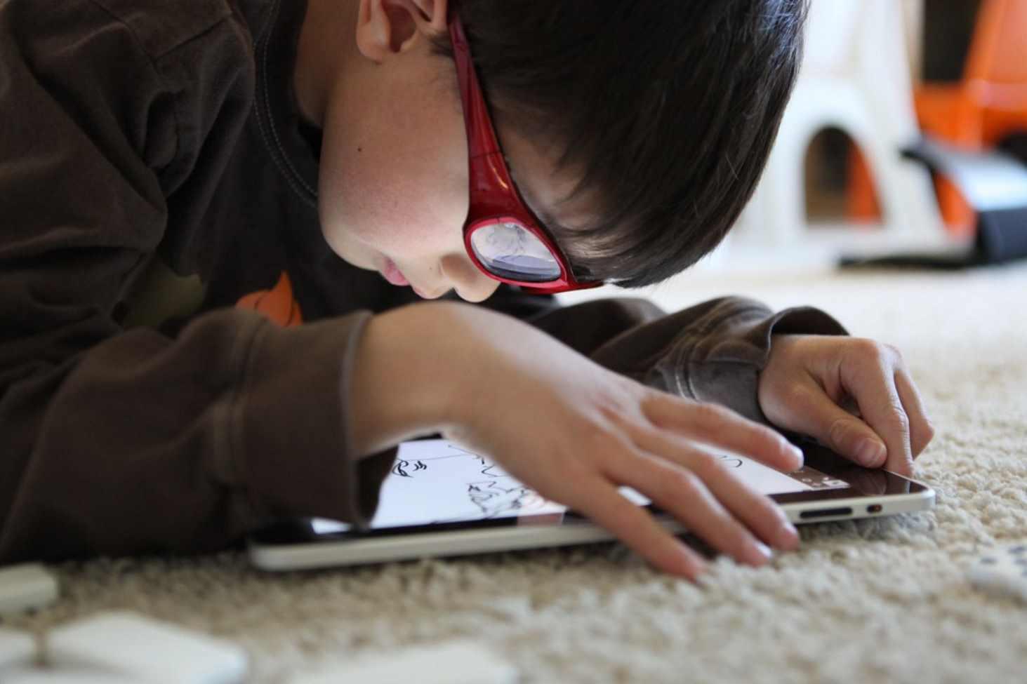 glavnyj-detskij-oftalmolog-prizvala-ogranichivat-shkolnikov-v-ispolzovanii-gadzhetov