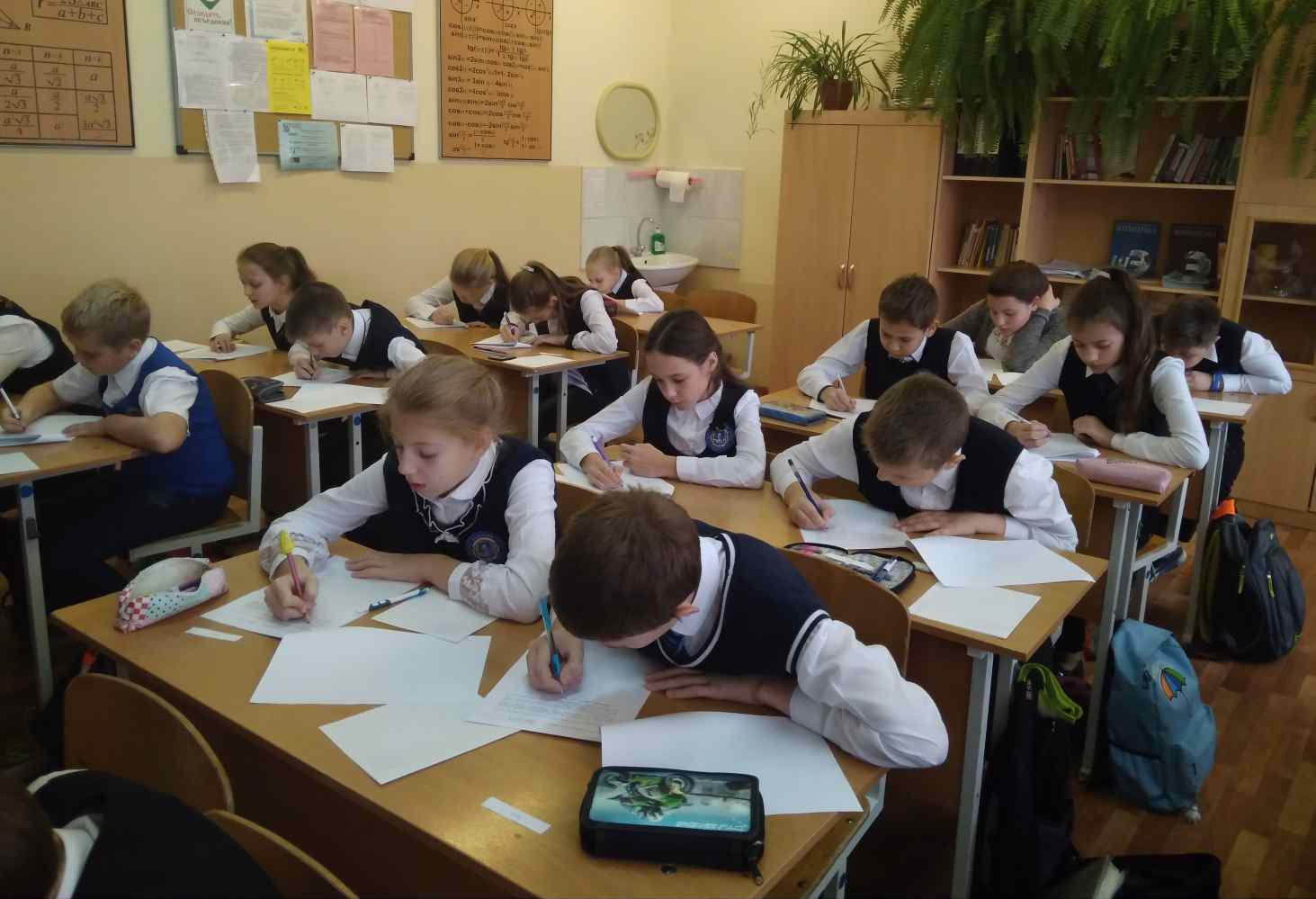 Минпросвещения: более 55% школьников учатся в очном формате