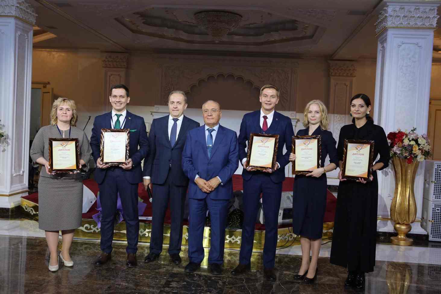 opredelilas-pyaterka-prizerov-konkursa-uchitel-goda-2019-goda